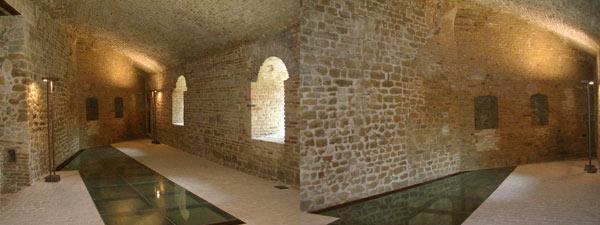Le stanze interne alla Rocca Sillana sono state ristrutturate, i vetri trasparenti permetto di vedere comè fatta la rocca sotto il pavimento, le calde luci rendono lambiente molto più suggestivo.