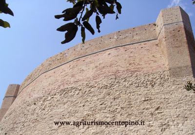 La cinta muraria da cui è obbligatorio passare per poter accedere alla Rocca.