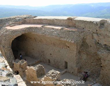 Esterno ben visibile la cinta muraria della Rocca
