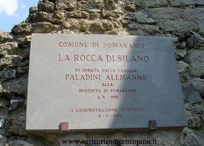 Questa lapide si trova allingresso della Rocca Sillana e riporta che la fortezza è stata donata dalla famiglia Paladini Alemanno nel 1981 A.D. al comune di Pomarance
