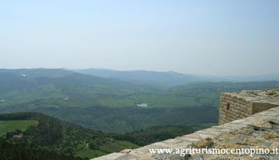 Altro paesaggio, in lontananza si può scorgere un lago, si tratta del lago del Bulera situato nei pressi di Pomarance.
