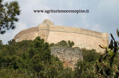 Aguzzando lo sguardo, lungo il sentiero si può scorgere immagine di questa Rocca