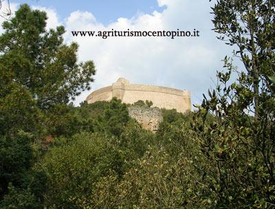 Questa immagine scattata il 2 maggio 2009 riporta sempre la rocca Sillana vista da lontano