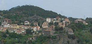 Le case di Larderello tra il verde delle colline Toscane